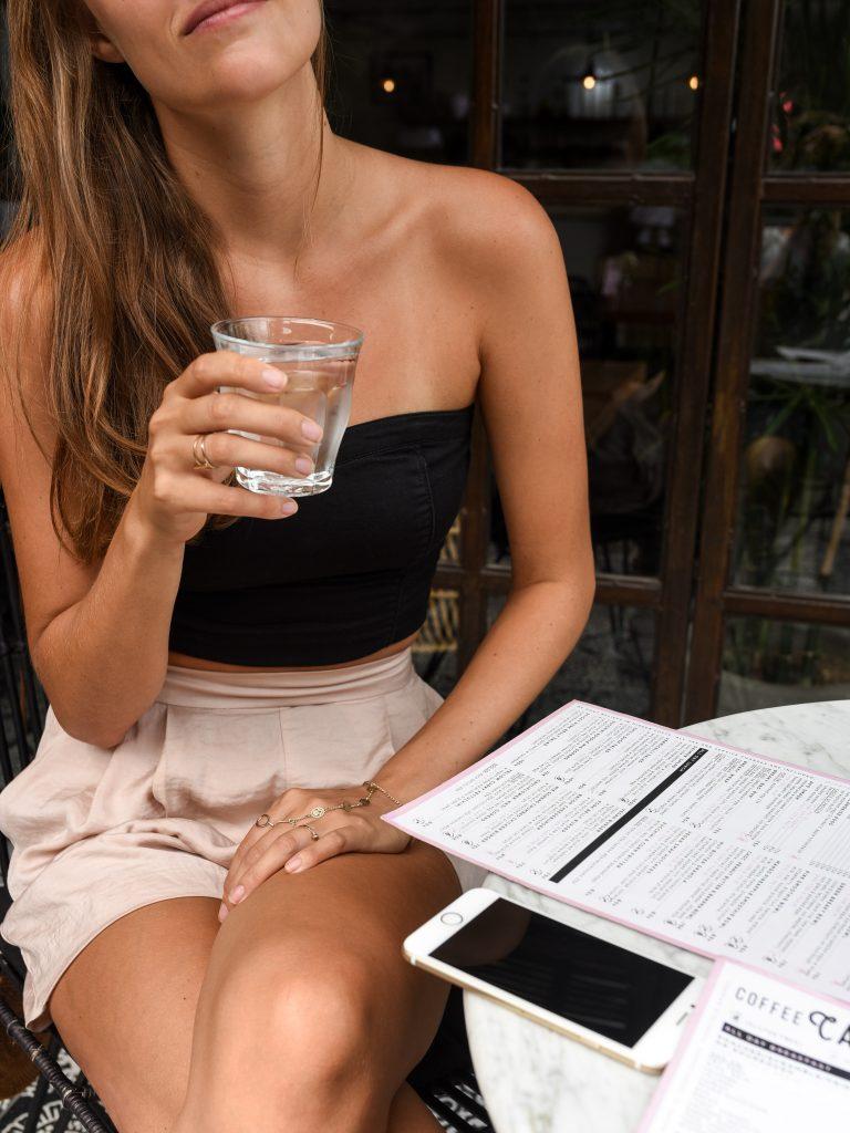 Beba água para uma rotina matinal